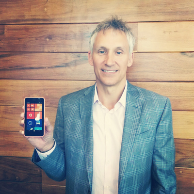 Chris Webber, CVP de Ventas de Mobile Devices en Microsoft, y el Lumia 630.