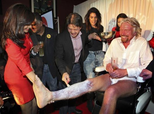 Richard Branson se rasura las piernas para volverse sobrecargo de su propia aerolínea, un acto poético y bromista (Foto: Reuters)