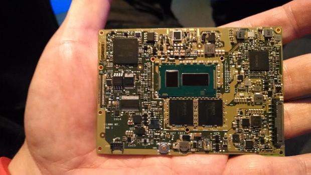 Ese recuadro verde al centro de la tarjeta madre es el procesador, los dos cuadros debajo de él son dos módulos de 4 GB de RAM DDR3 de bajo consumo energético.