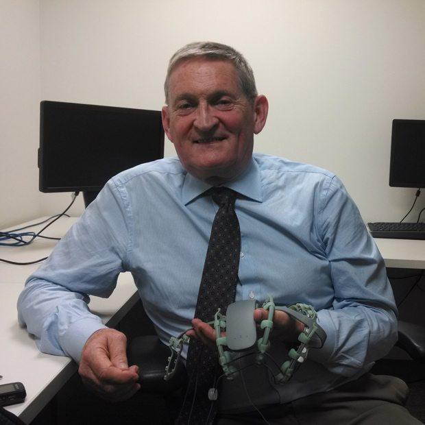 El Dr. Robert Knight muestra el prototipo del Fournier 1.