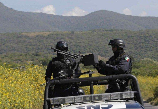 Policías federales en una carretera de México. (Reuters)