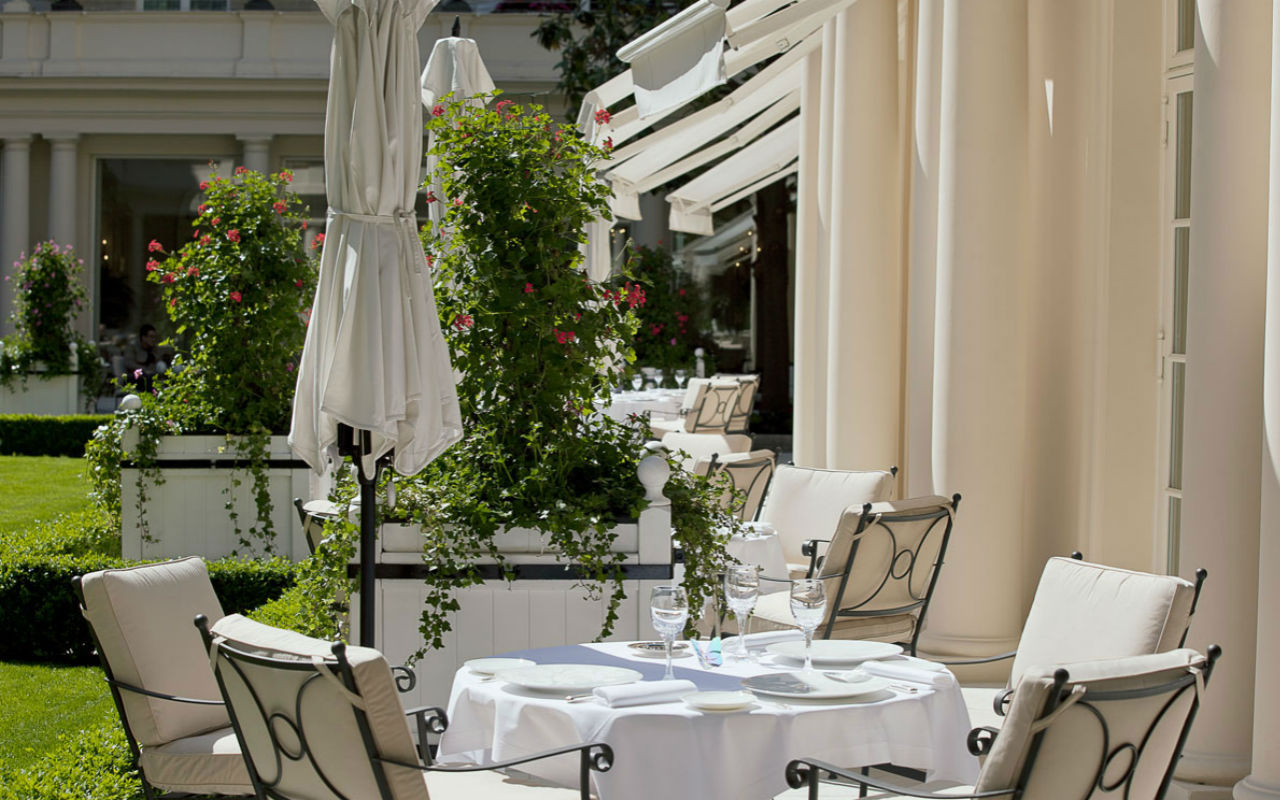 Terraza de Epicure, el restaurante de tres estrellas Michelin en Le Bristol