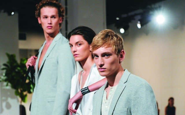 Los modelos visten la línea fitness de Calvin Klein, que ofrece siluetas funcionales e informales.