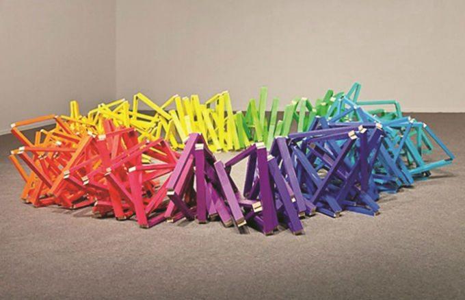Obra de colores vivos del artista Guillermo Mora, quien ganó el premio Audemars Piguet en 2014.