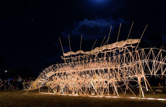 Escultura cinética de Theo Jansen, mostrada durante la última edición de Art Basel Miami Beach.
