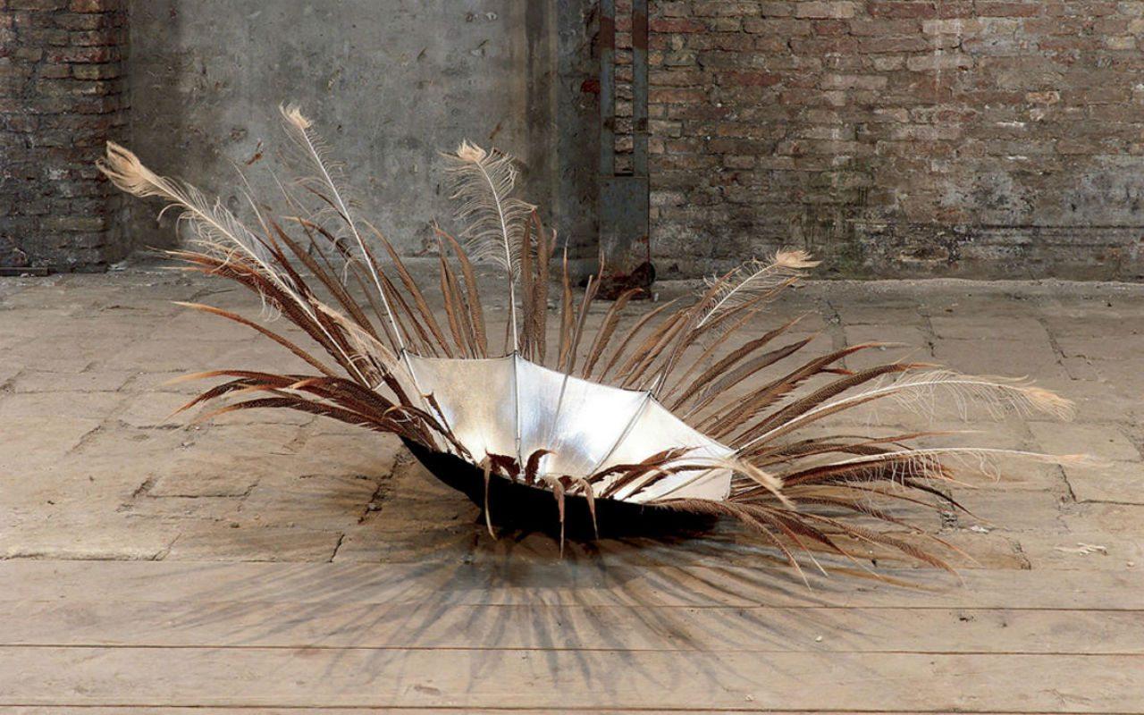 Polaris (2002) con plumas de faisán y pavo real. Obra hoy perteneciente al MoMA.