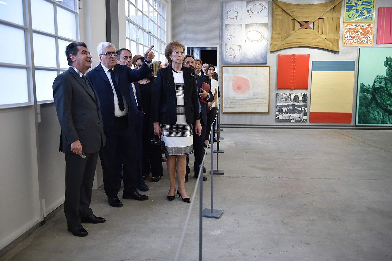 Antonio Citterio, Patrizio Bertelli, Letizia Moratti e invitados en la inauguración de la Fondazione Prada en Milan, Italy.  (Foto: Jacopo Raule/Getty Images for Fondazione Prada)