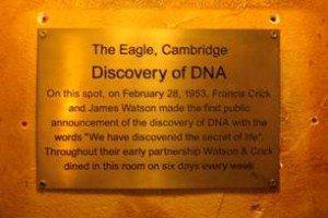 Placa que conmemora el descubrimiento del DNA en el pub The Eagle.