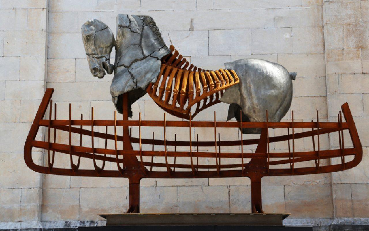 Foto: cortesía Gustavo Aceves, Lapidarium, 2009 – 2015, bronce blanco y hierro, 3 x 3 m. Foto por Gabriela Malvido.