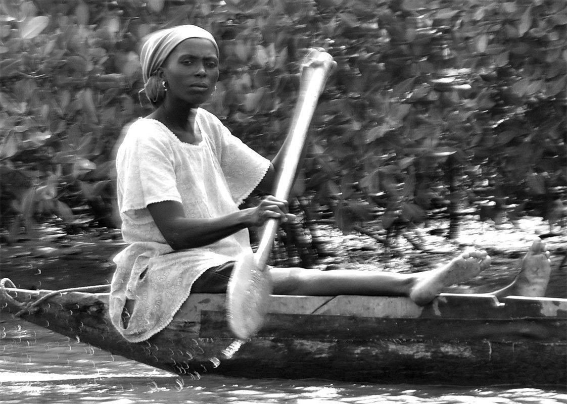Senegal- Casamance - Mujer remando
