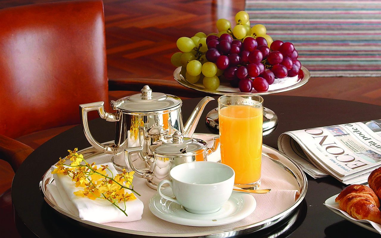 Hi_LW7026_46116930_Suite_room_service_breakfast_horizon