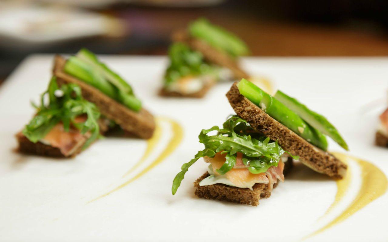 Montadito de salmón gravlax con pan de centeno arándanos y almendras