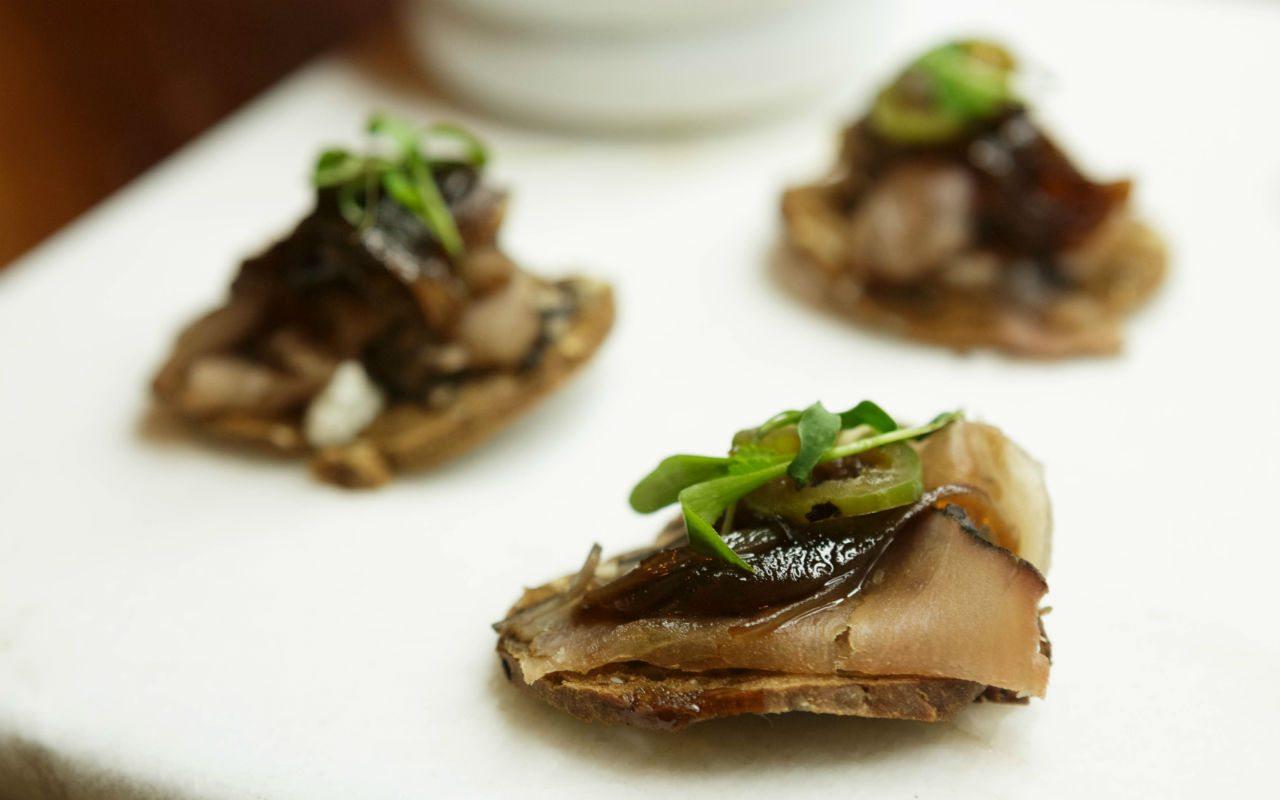 Tapa de atún con humo salsa ponzu y serrano toreado