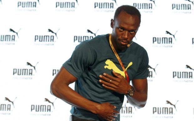 Usain Bolt saluda a periodistas en conferencia de prensa con su principal patrocinador, Puma (Reuters).