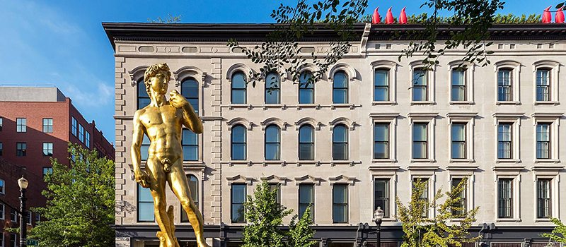 Vivir en grande: Una estatua dorada del David por Serkan Özkaya le da la bienvenida a los huéspedes de 21c Museum Hotel en Louisville.