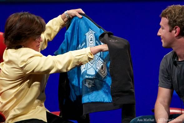 Famoso momento en que una entrevistadora mordaz descubre un símbolo oculto en la chaqueta del nervioso, sonrojado y sudado Zuckerberg.