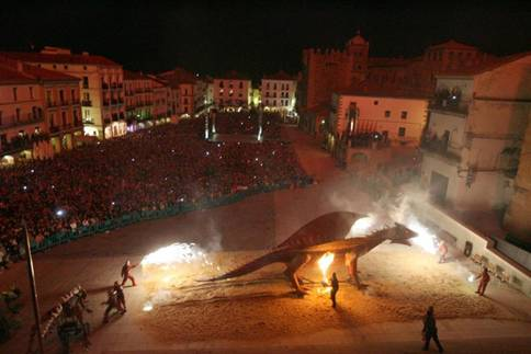 Recreación de la leyenda de San Jorge contra el Dragón en Cáceres, España.