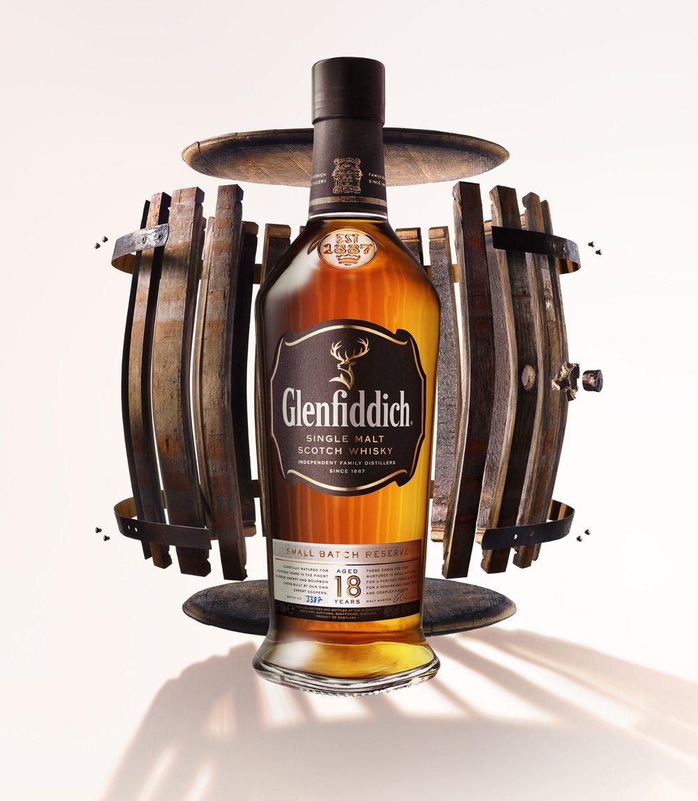 Se realizó una barrica especial para la toma de esta imagen, la cual es la campaña de esta nueva botella.