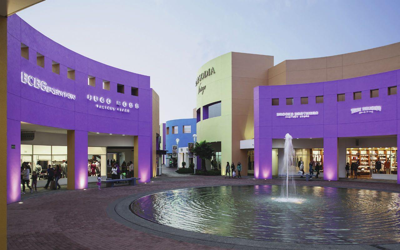 Outlets como Premium Outlets Punta Norte en México DF agrupan tiendas de primeras marcas como Carolina Herrera, Montblanc, Salvatore Ferragamo o Max Mara, que prometen descuentos suculentos.