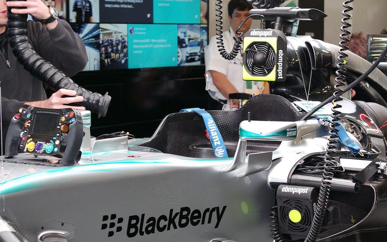 Los autos tienen 4 antenas dedicadas para la transmisión de datos sobre los neumáticos y los alerones, dos de ellas, ubicadas en los retrovisores. (Foto: Staff.)