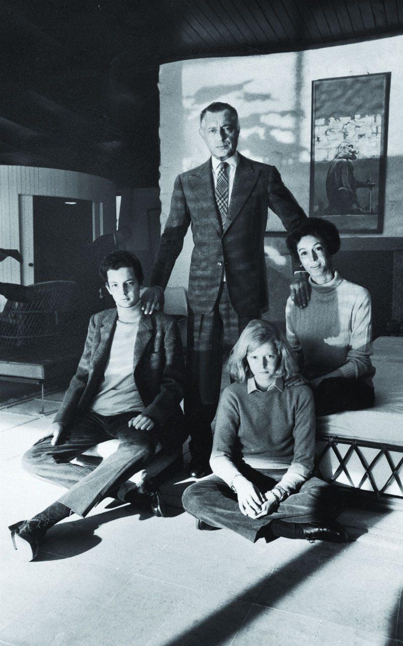 Arriba, la dinastía Agnelli: Gianni y Marella Agnelli, con sus hijos Edoardo y Margherita, madre de Lapo.