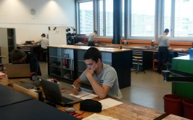 Aprendices trabajando en las instalaciones de Bobst en Lausanne, Suiza.