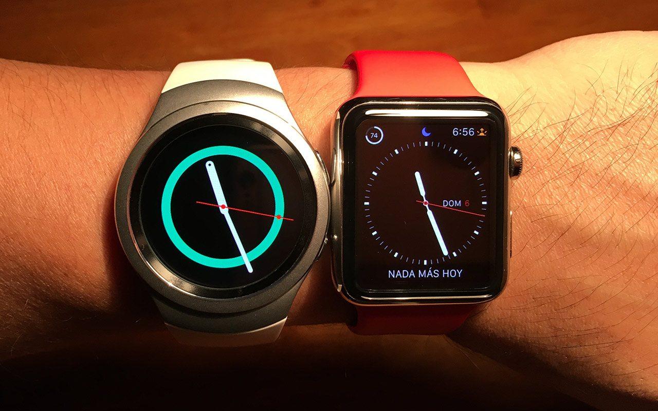 Así luce el Gear S2 junto al Apple Watch de 42 mm.