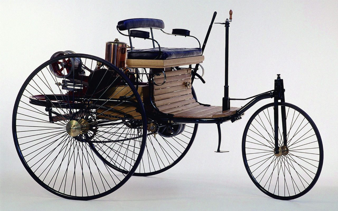 En 1886, Carl Benz registró el nacimiento del automóvil en Alemania. La patente No. 37,435 enunciaba el primer coche propulsado por motor de combustión interna.
