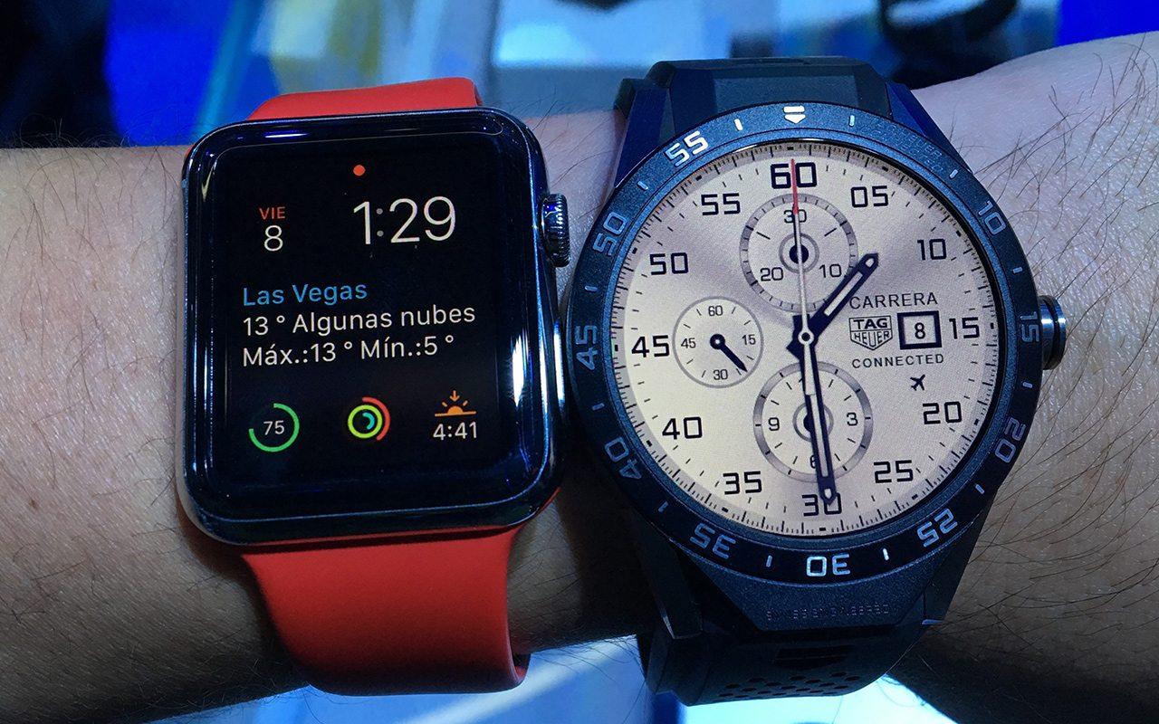 El Connected es grande, así luce junto a un Apple Watch de 42 mm.