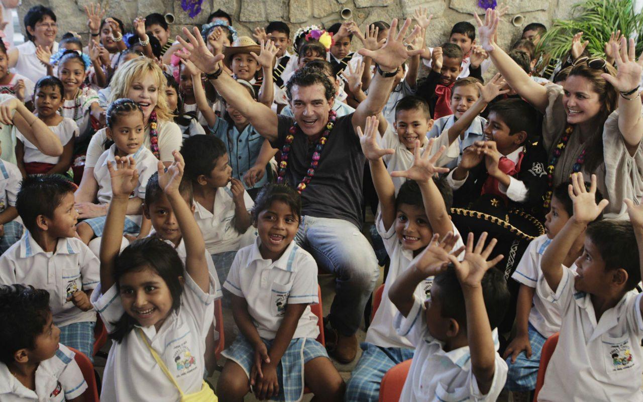 Alejandra Alemán Melanie Griffith Antonio Banderas ySandra Garcia-Sanjuan con niños de la fundación