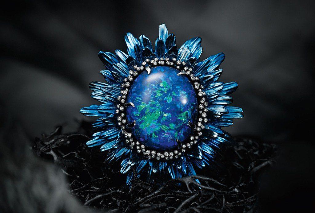 Los anillos tienen materiales preciosos como titanio y zirconia con safiros