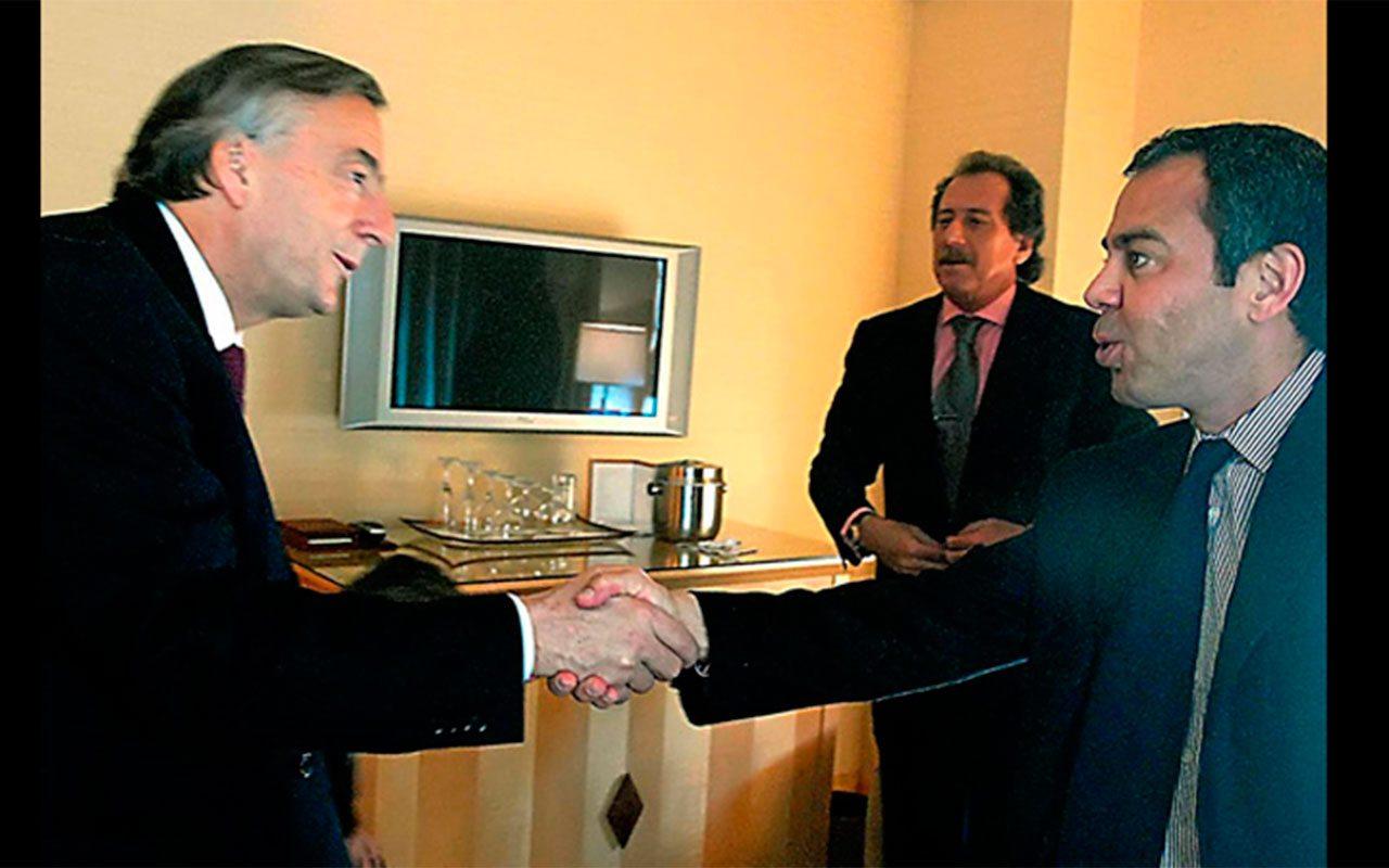 David Martínez, titular de Fintech, saluda a Néstor Kirchner (Foto: Gobierno de Argentina)
