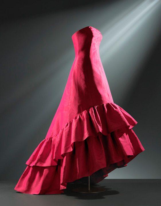 Vestido de noche en gros de Nápoles de seda de color fucsia, decorado con efecto moaré compuesto por Cristóbal Balenciaga en 1963