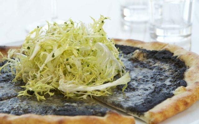 pizza de trufa negra con queso fontina de Market Kitchen
