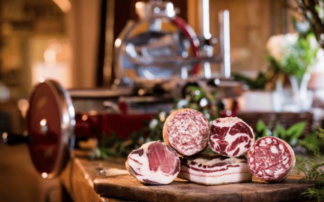 Las carnes frias que distinguen al restaurante florentino San Michele All´Arco