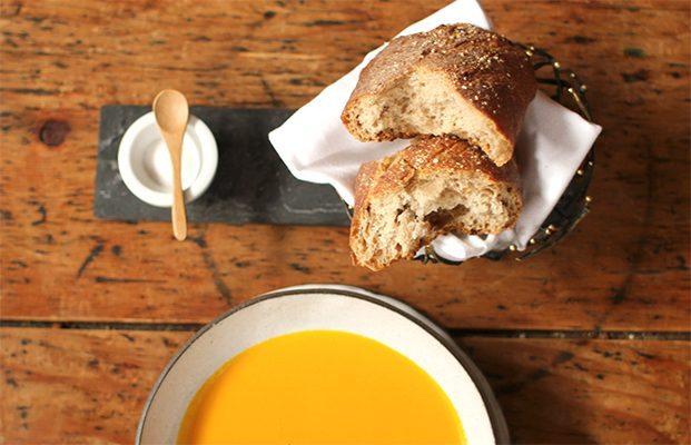 Sopa de zanahoria y jengibre acompañada de pan hecho en casa del restaurante Blue Hill