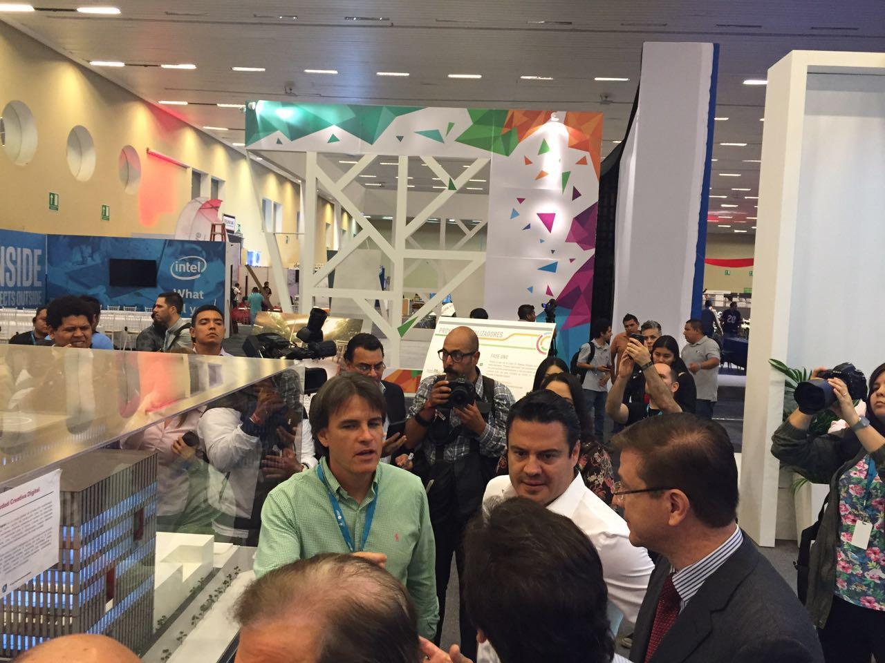 El gobernador de Jalisco Aristóteles Sandoval hizo un recorrido por la sede del CP16. (Foto: Staff.)