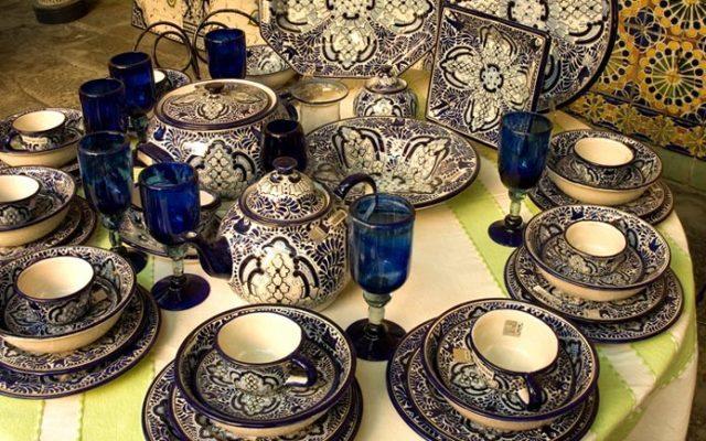 La talavera es uno de los símbolos más representativos de Puebla. Es un tipo de cerámica fina reinventada a partir de técnicas europeas, la cual se adaptó para decorar muchos edificios de la ciudad, para más tarde hacerlo con vasijas, platos y otros artículos.