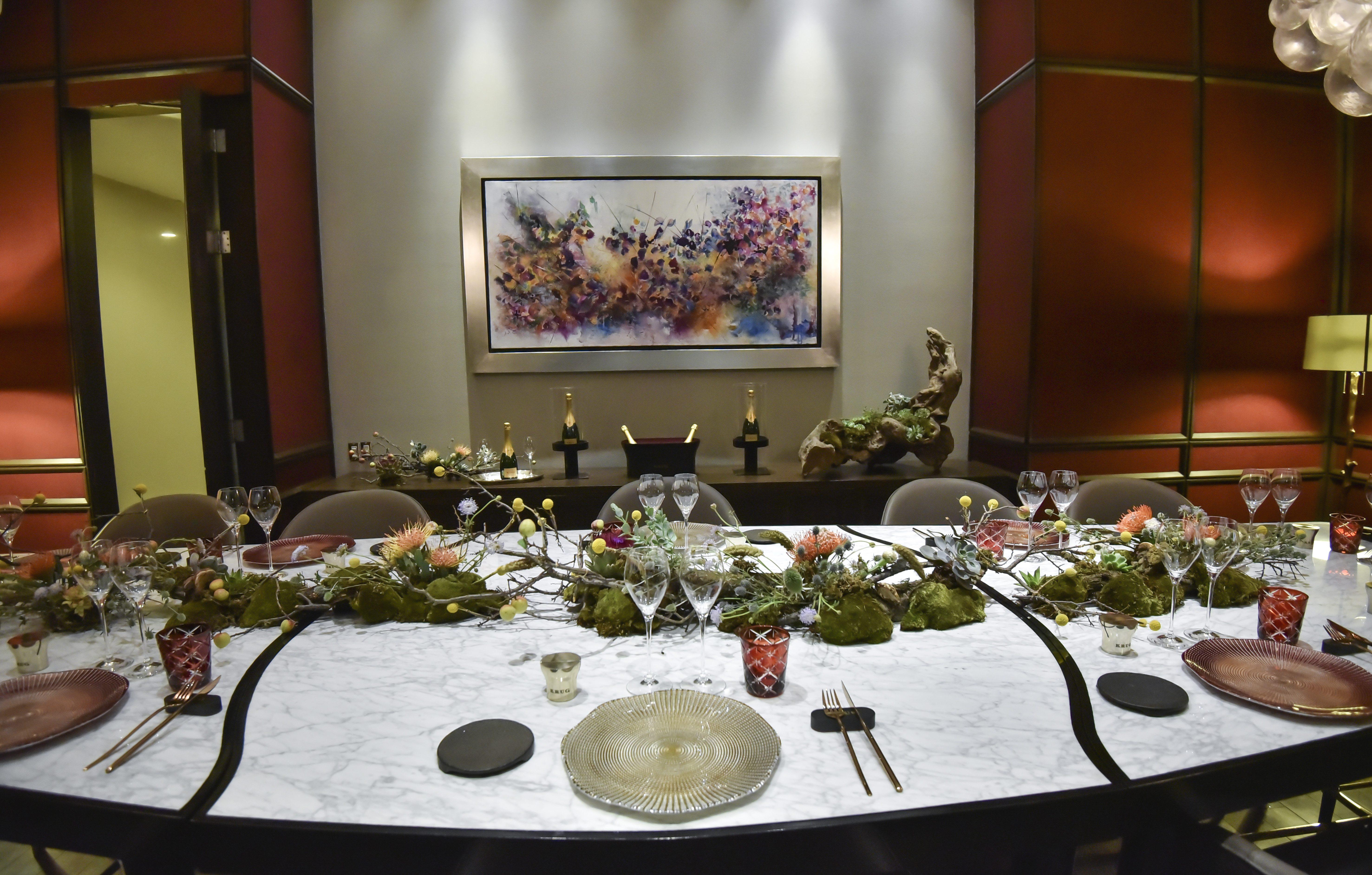 El restaurante tiene una sola mesa para 12 comensales.