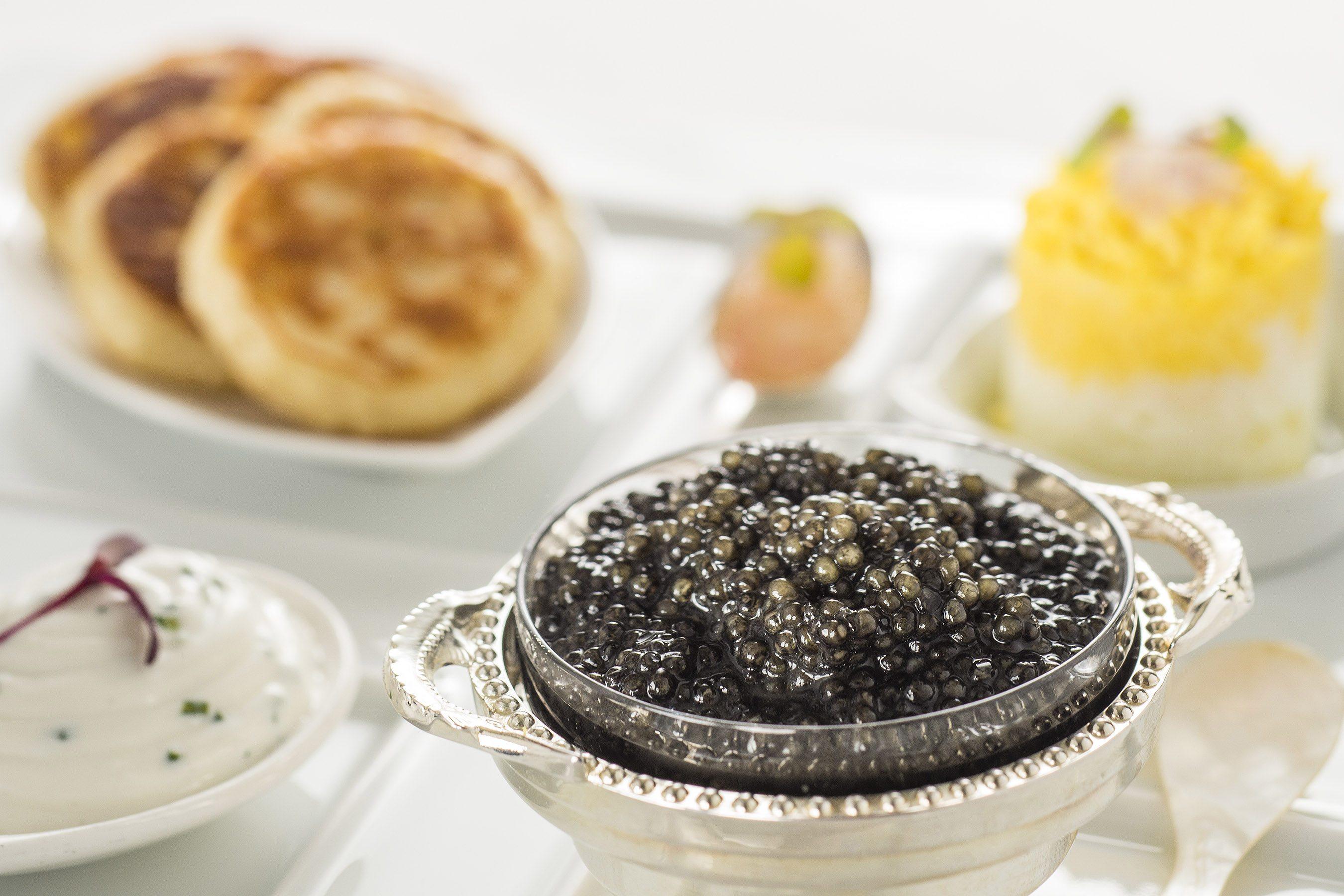Opciones de caviar con variedades de granja de Osetra y Sevruga. Foto: Matt Stroshane.