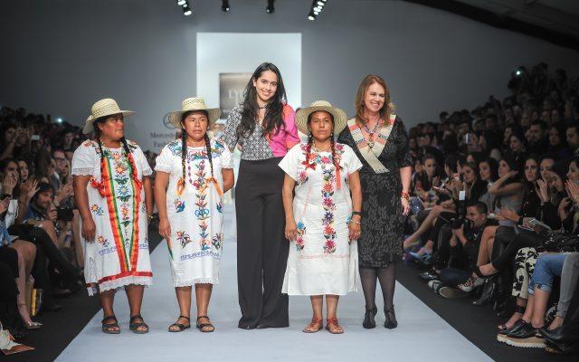 Lydia Lavín y Montserrat Messeguer con artesanas.