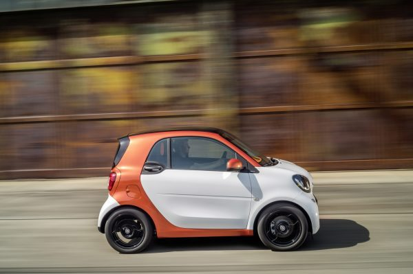 The new smart fortwo 2014: Body panels in white, tridion safety cell in lava orange (metallic);