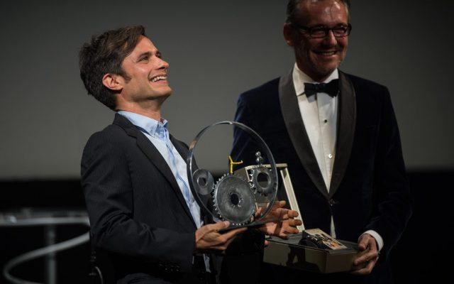 Gael García Bernal recibiendo el premio Jaeger-LeCoultre al cine latino