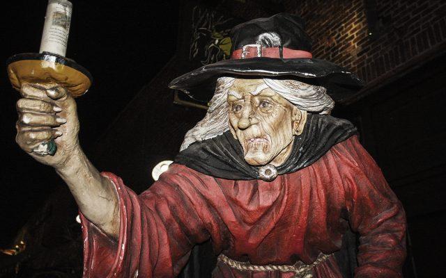 Estatua representativa de una clásica bruja de Salem.