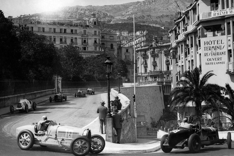 (GERMANY OUT) Car racing: difficult curve before the Casino of Monte Carlo, the race Grand Prix de Monaco, left: Rigatti, right: Alfa Romeo - Published by: 'Berliner Illustrirte Zeitung' 26.04.1933Vintage property of ullstein bild (Photo by ullstein bild/ullstein bild via Getty Images)