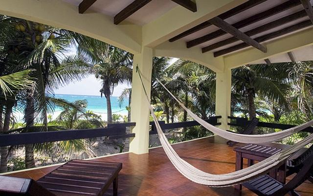 Balcon privado con hamacas.