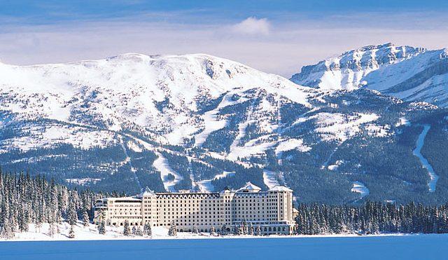 Toma panorámica del exterior del hotel.