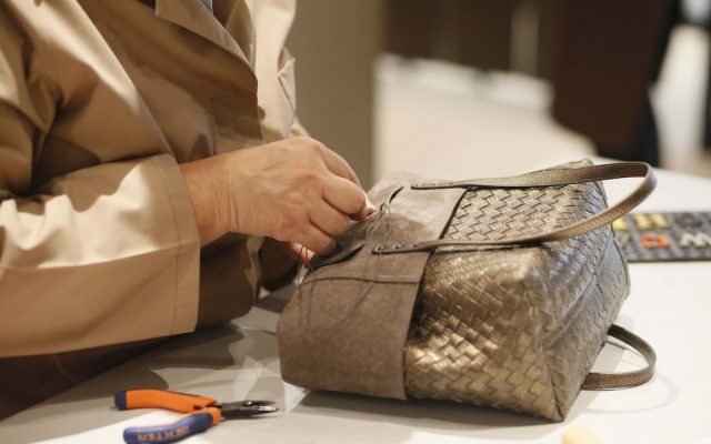 Proceso de tejido por los artesanos talaberos de Bottega Veneta.