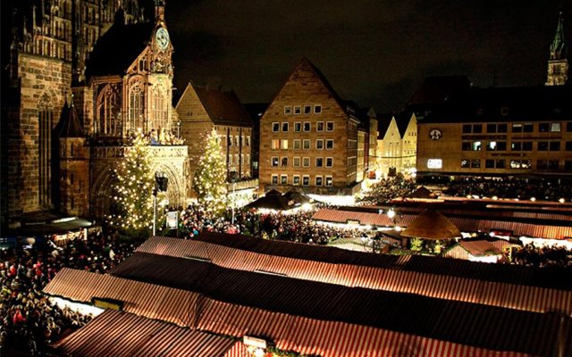 Así es como se ve el bazar Christkindlesmarkt por la noche.
