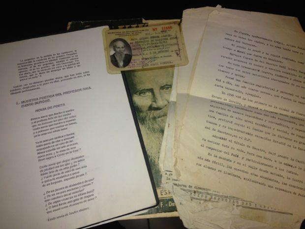 Parte de los documentos del maestro Raúl Isidro Burgos que fueron entregados a Forbes México.